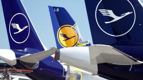 Geparkte Passagiermaschinen der Lufthansa am Flughafen Frankfurt am Main