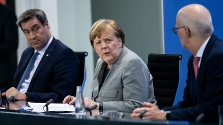 Markus Soöder, Bayerns Ministerpräsident, Bundeskanzlerin Angela Merkel und Peter Tschentscher, Bürgermeister von Hamburg, sprechen am 15. April 2020 im Anschluss an eine Videokonferenz mit den Regierungschefs der Bundesländer im Kanzleramt auf einer Pressekonferenz in Berlin.
