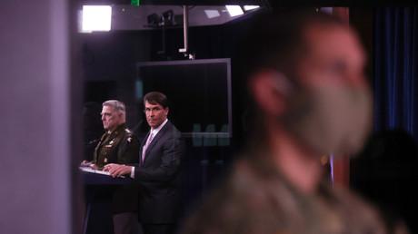 Der Vorsitzende des Generalstabschefs, General Mark Milley, und US-Verteidigungsminister Mark Esper während einer Pressekonferenz im Pentagon in Arlington, Virginia, USA, am 14. April 2020.