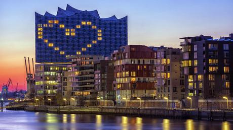 Symbolbild: Das Hotel Westin Hamburg in der Elbphilharmonie leuchtet abends mit einem großen Herz und der Botschaft: