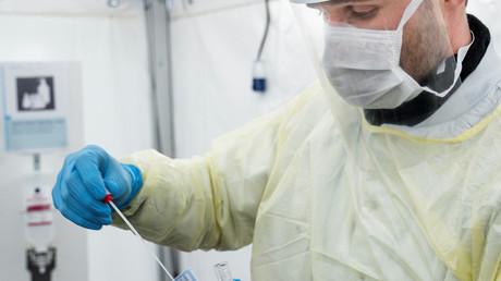 Ein medizinischer Mitarbeiter des dänischen Rigshospitalet führt einen COVID-19-Test durch, 2. April 2020, Kopenhagen, Dänemark.