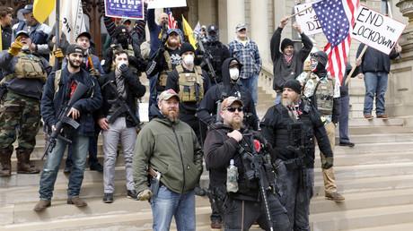 Schwer bewaffnet protestierte eine Gruppe von Männern vor dem Kapitol in Lansing/Michigan gegen die Verlängerung von Ausgangsbeschränkungen (Bild vom 15. April).