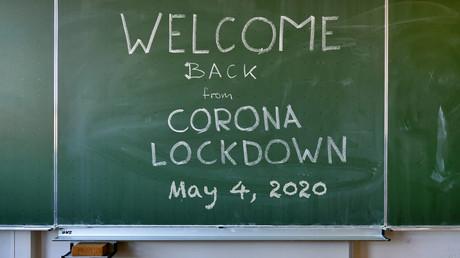 Eine Schultafel in einem leeren Klassenzimmer infolge der Corona-Maßnahmen