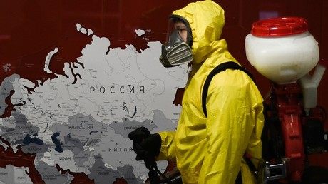 Ein Mitarbeiter des Katastrophenschutzes desinfiziert die Räume des Bahnhofs Pawelezki in Moskau am 20. April. 2020.