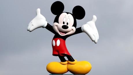 Mickey Mouse über dem Eingang von Disneyland in Marne-la-Vallee in der Nähe von Paris, Frankreich, am 9. März 2020.
