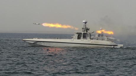 Archivbild. Ein iranisches Militärboot feuert eine Rakete.