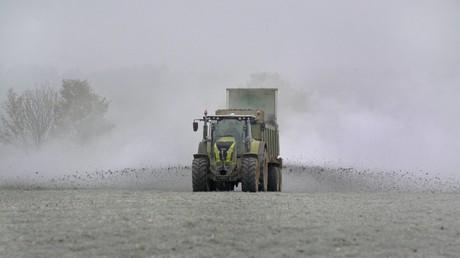 Dass über intensive Landwirtschaft auch Schadstoffe in die Nahrung gelangen, ist vor allem durch Debatten um Nitrat bekannt. Doch auch Antibiotikaresistenzen sind darauf zurückzuführen.