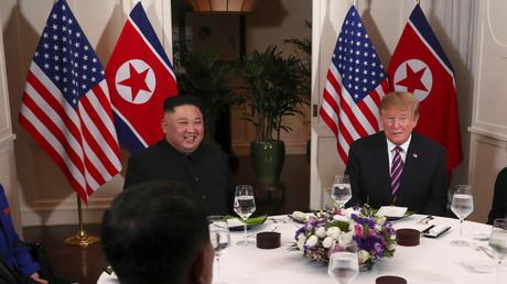 Glaubt nicht an einen Hirntod seines Sitznachbarn: Donald Trump und Kim Jong-un während des Gipfels in Hanoi (27. Februar 2019)