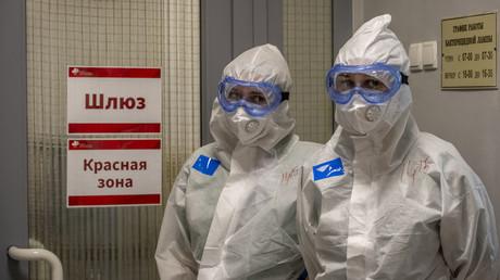 22. April 2020: Zwei Ärzte einer Moskauer Klinik vor einer sogenannten