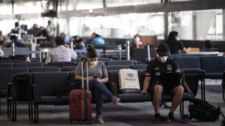 Symbolbild: Passagiere am Flughafen Santiago de Chile