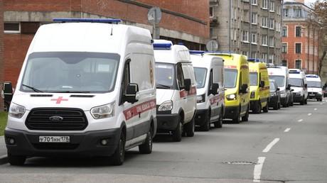Symbolbild: Mehrere Rettungswagen vor einem Krankenhaus in St. Petersburg