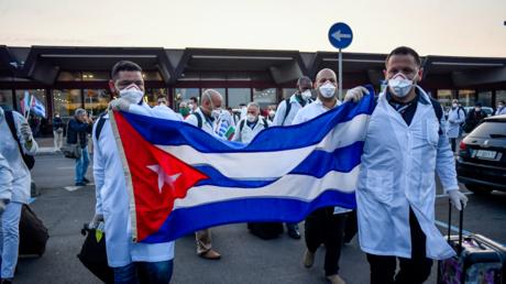 Kubanische Mediziner bei ihrer Ankunft in Italien im März 2020