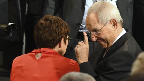 Schäuble im Gespräch mit Verteidigungsministerin Annegret Kramp-Karrenbauer auf der Münchner Sicherheitskonferenz im Februar 2020
