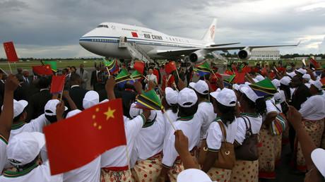 (Archivbild). Unter großem Jubel landet der chinesische Präsident Xi Jinping am 24. März 2013 auf dem internationalen Flughafen Julius Nyerere in Dar es Salaam, Tanzania.