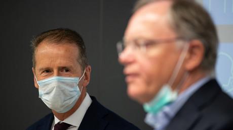 VW-Konzernchef Herbert Diess (l.) und Niedersachsens Ministerpräsident  Stephan Weil (r.) bei einem Pressetermin am 27. April in Wolfsburg