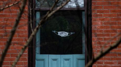Weshalb auch immer: Der Bewohner dieses Hauses in Brooklyn hat eine Schutzmaske an sein Fenster geklebt. New York, USA, am 26. April 2020 .