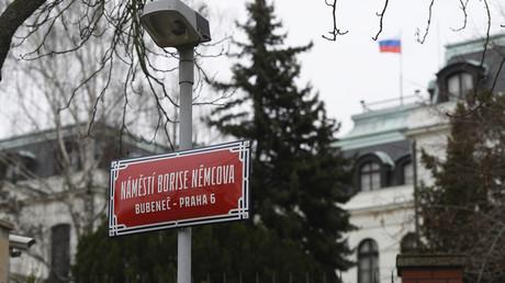 Seit Ende Februar heißt der Platz an der Russischen Botschaft Nemzow-Platz. Die Umbenennung könnte aus Sicht der Deutschen Welle für Moskau ein Mordmotiv gegen den Prager Bürgermeister darstellen.