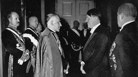 Hitler trifft am 1. Januar 1935 den Apostolischen Nuntius für Deutschland, Cesare Orsenigo.