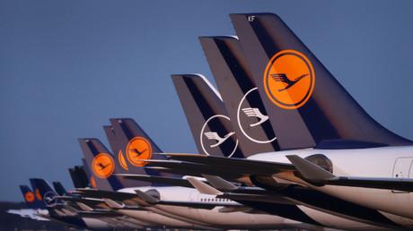 Flugzeuge der deutschen Fluggesellschaft Lufthansa parken am 23. März 2020 auf einer gesperrten Start- und Landebahn des Frankfurter Flughafens, während der Coronavirus-Pandemie