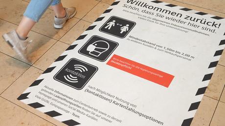 Aufkleber am Eingang des Einkaufszentrums Europa-Passage in der Hamburger Innenstadt, auf dem auf die Verpflichtungen hingewiesen wird, Abstand zu halten und Masken zu tragen.