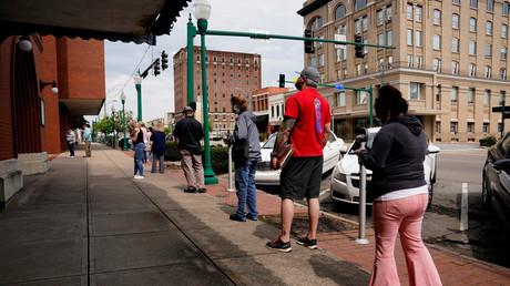 Arbeitslose stehen Schlange, um in einem Arkansas Workforce Center in Fort Smith Arbeitslosenhilfe zu beantragen