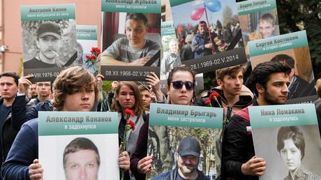 Menschen halten Porträts ihrer Angehörigen in Händen und gedenken den Opfern des Massakers von 2014 in der Stadt Odessa. Am 2. Mai 2014 sperrten ukrainische Nationalisten regimekritische Demonstranten in das Gewerkschaftshaus von Odessa ein und setzten das Gebäude in Brand. Über 40 Menschen starben.