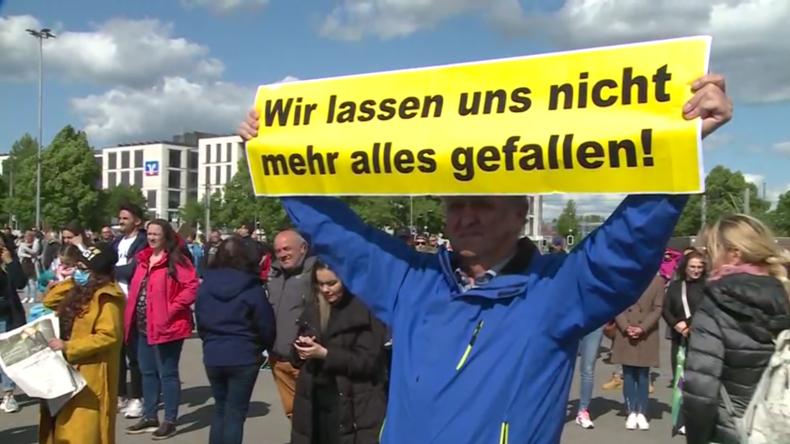 Tausende demonstrieren in Berlin und Stuttgart gegen COVID-19-Beschränkungen