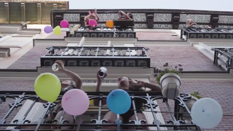 """Spanien: Feiern auf den Balkonen anlässlich des """"Dos de Mayo"""" in Madrid"""