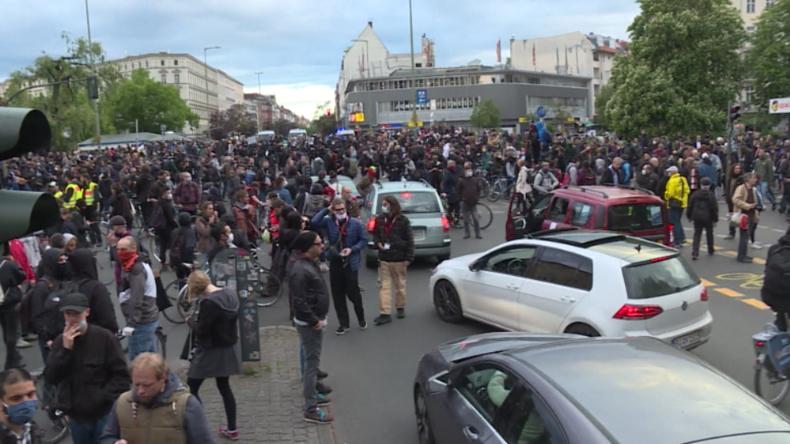 Corona-Abstand? Fehlanzeige! Hunderte tummeln sich am 1. Mai in Berlin-Kreuzberg