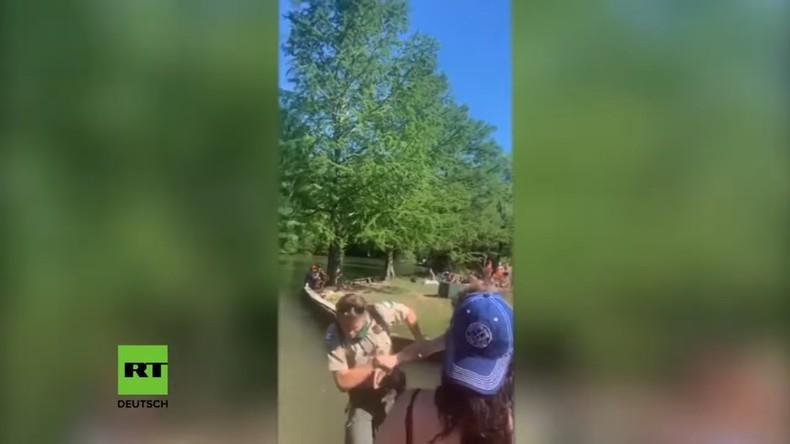 Soziale Distanz: Strenger Park-Ranger ins Wasser geschubst