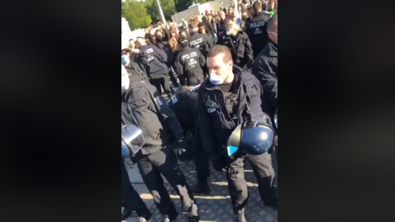 Berlin: Polizei löst nicht genehmigte Demo gegen Grundrechtseinschränkungen vor Bundestag auf