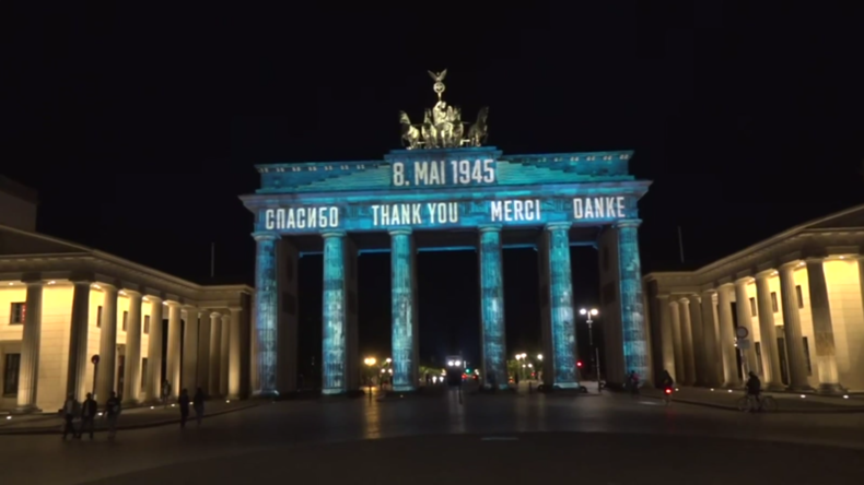 Deutschland: Brandenburger Tor mit Dankesbotschaften an Alliierte beleuchtet