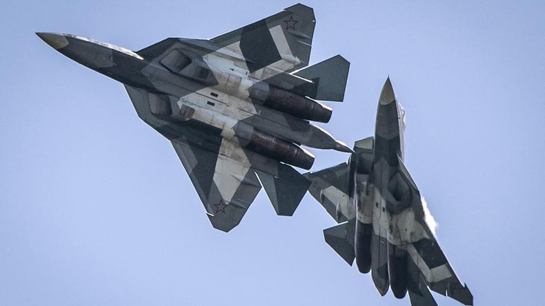 LIVE: Russische Flieger-Asse zeigen ihr Können anlässlich des 75. Jahrestag des Sieges