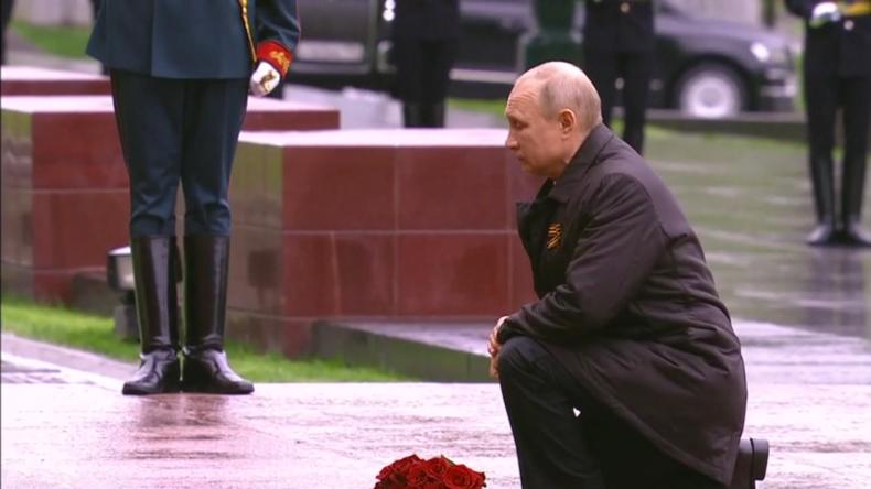 Putin legt Blumen am Grab des unbekannten Soldaten nieder und spricht am Tag des Sieges zur Nation