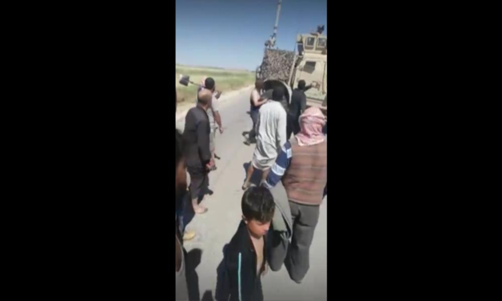 """Syrien: Protestierende Dorfbewohner zwingen US-Konvoi zum Rückzug – """"Ihr habt unser Land ruiniert"""""""