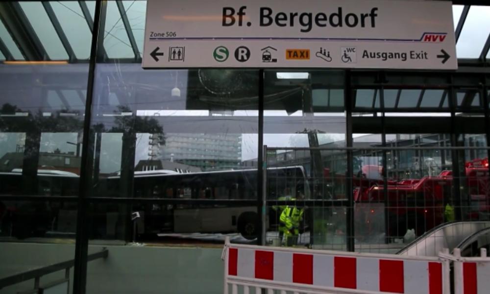 Hamburg: Linienbus rast in Bahnhof und kracht in Rolltreppen