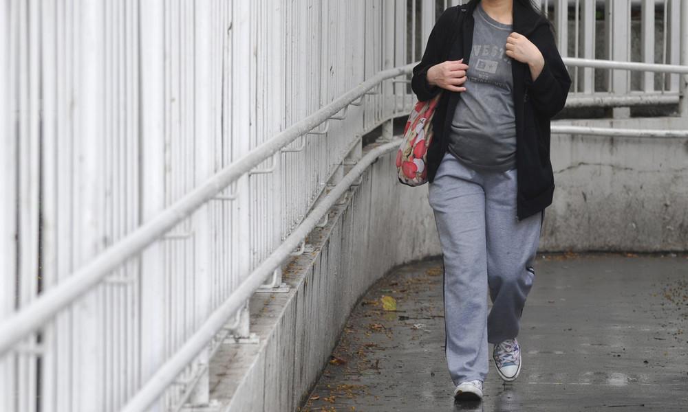 Frau entbindet mitten auf Straße – Baby fällt auf Asphalt
