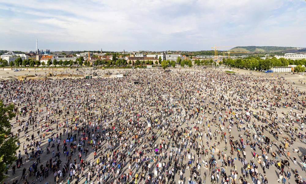 Tausende demonstrieren in Stuttgart gegen Corona-Maßnahmen