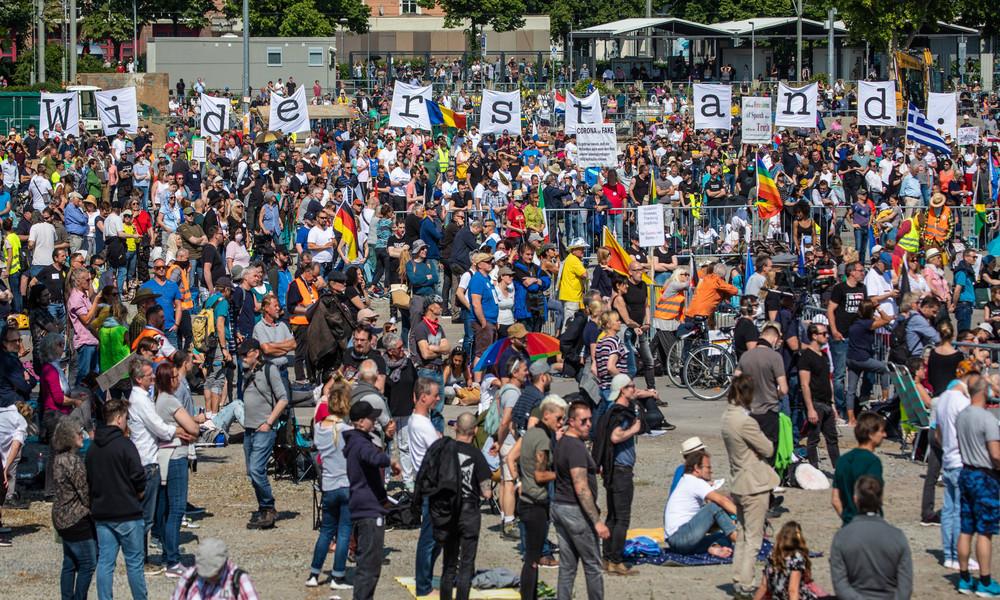 Unter dem Medienradar: Brandanschlag bei Demo gegen Corona-Beschränkungen in Stuttgart