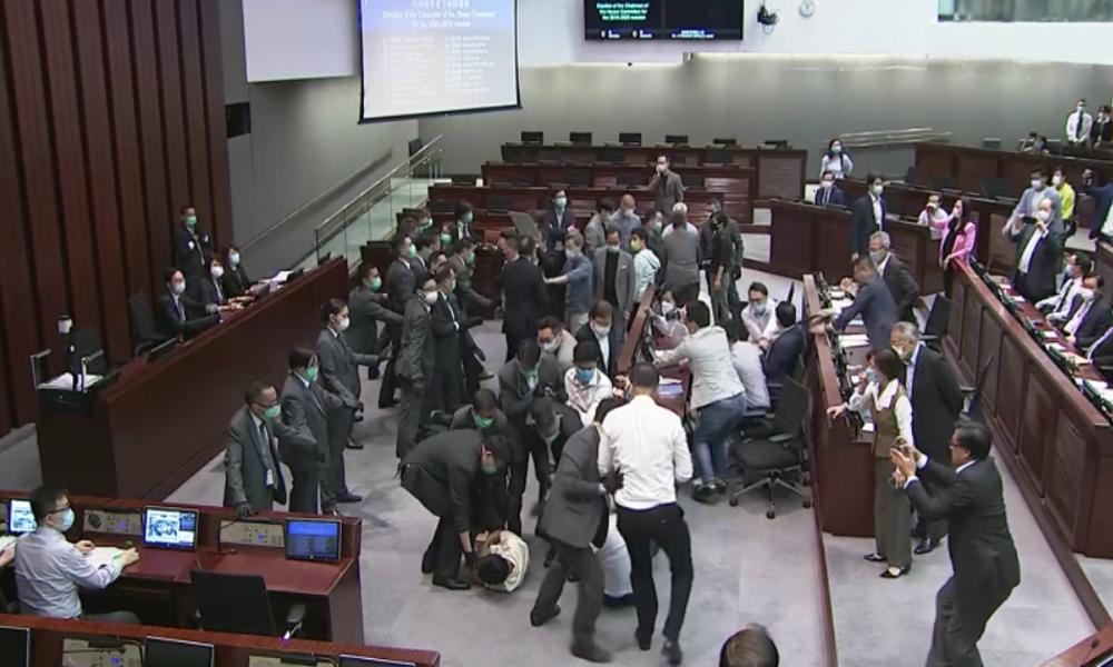 "Hongkong: Keilerei im Parlament nach Aus für ""Hinhaltetaktik"" der Opposition"