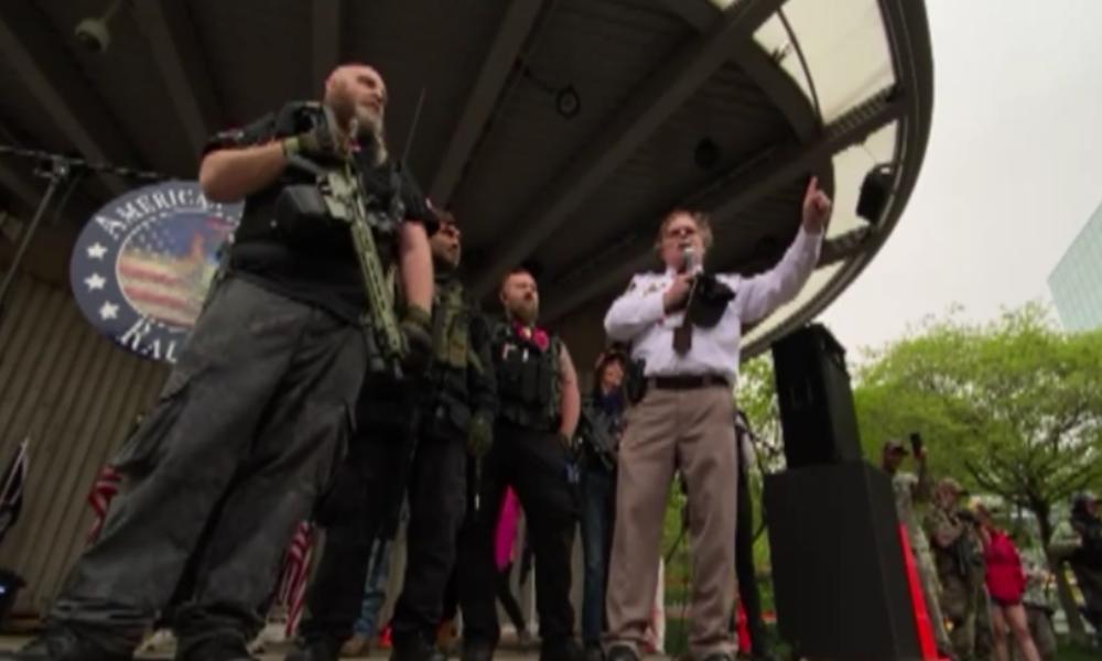 """USA: Bewaffnete Milizen protestieren zusammen mit Sheriff gegen """"Corona-Hausarrest"""""""