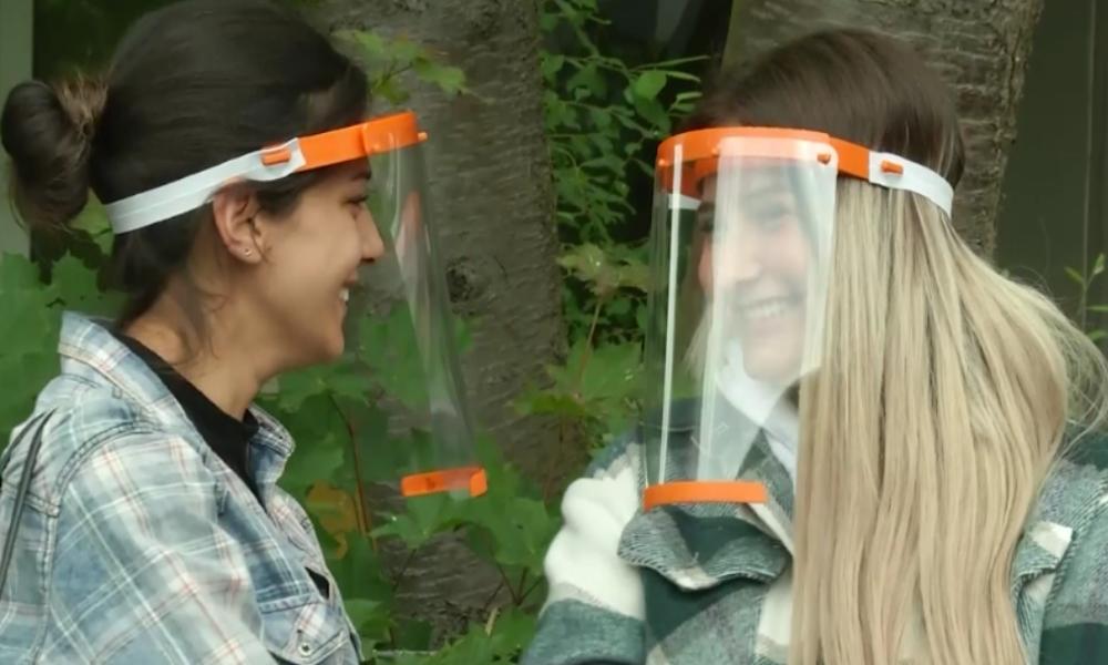 Unternehmen spendet an alle Kölner Schüler Corona-Schutzvisiere