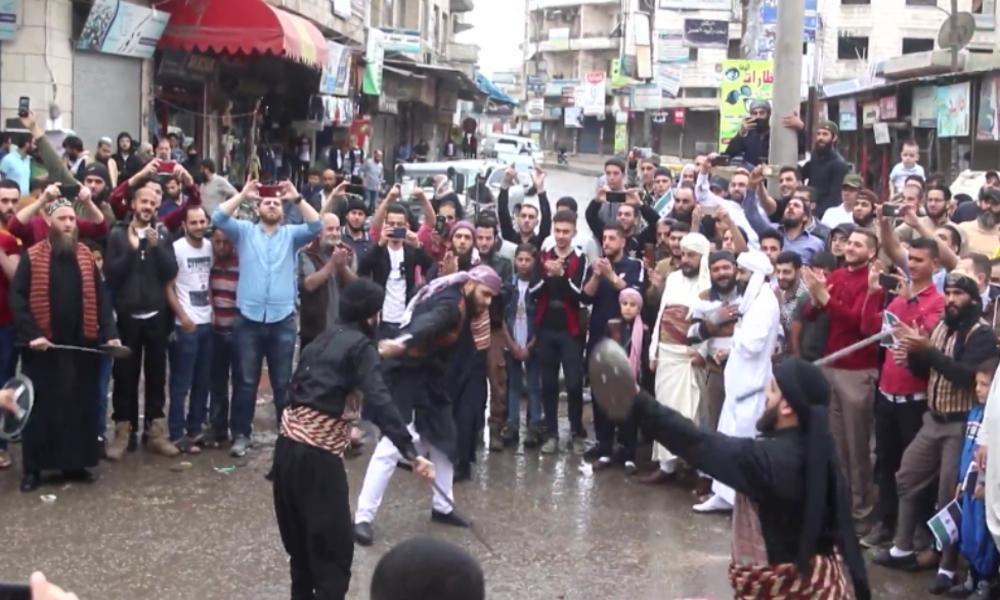 Idlib: FSA-Anhänger feiern das Fastenbrechen mit Schwertkampf-Inszenierung