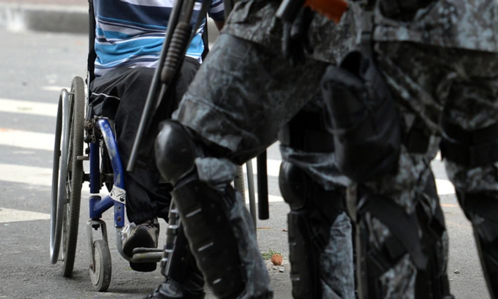 Taubstummer Rollstuhlfahrer mit Armlähmung greift Juweliergeschäft in Brasilien an
