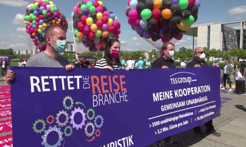 Busunternehmer und Reiseveranstalter fordern bei Protesten in Berlin staatliche Soforthilfe