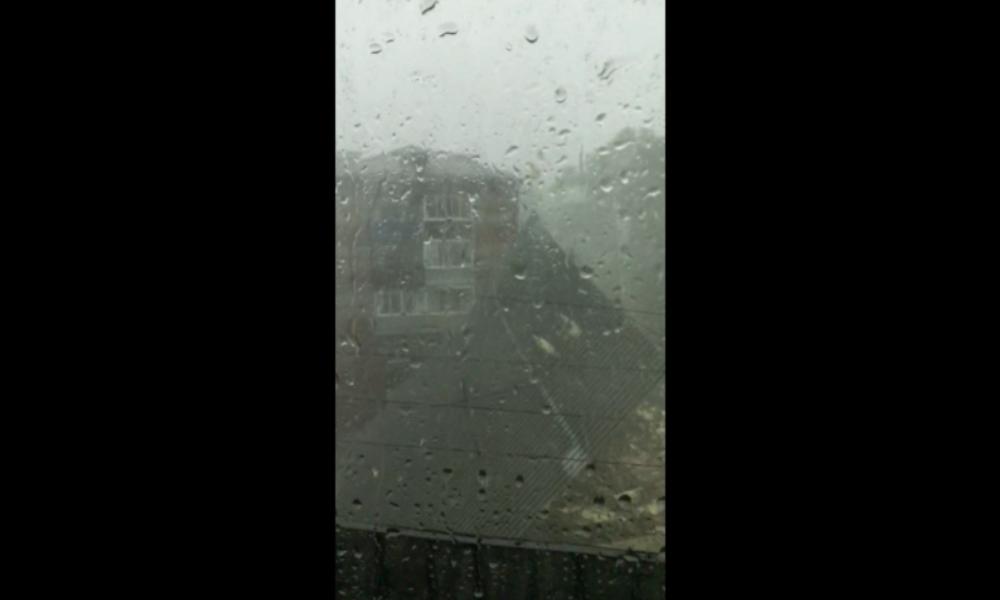 """Russland: """"Mama, das Dach ist gerade weggeflogen!""""  – Sturm reißt ganzes Dach mit sich"""