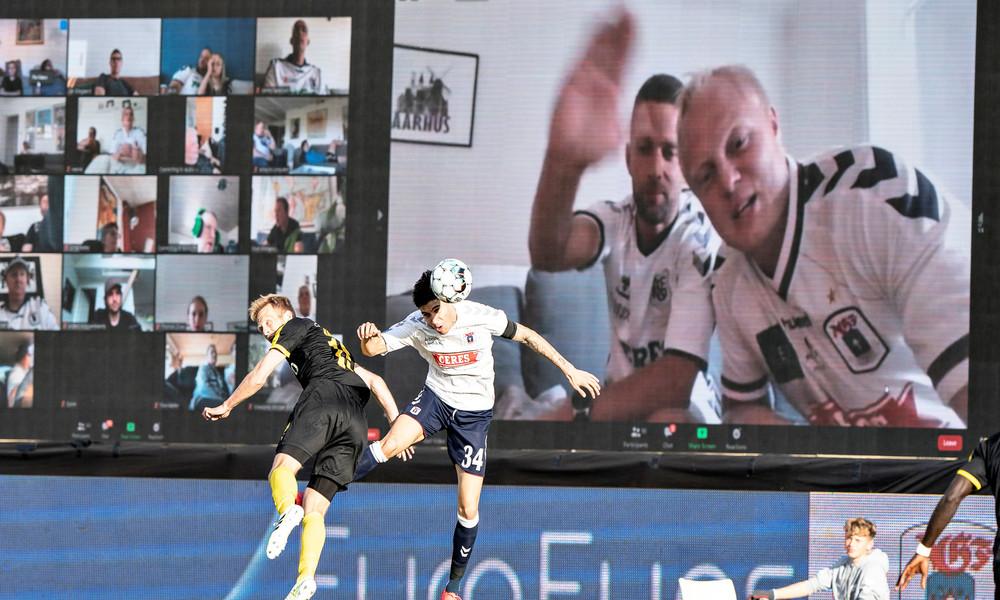 Lifehack wegen Stadionverbot: Dänische Fußballliga holt Zuschauer per Videoschalte auf die Tribünen