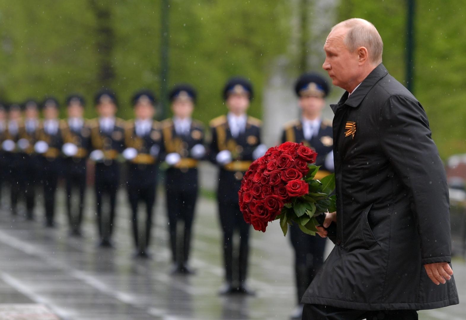 Russlands Präsident Wladimir Putin legt Blumen am Grab des unbekannten Soldaten in Moskau nieder.