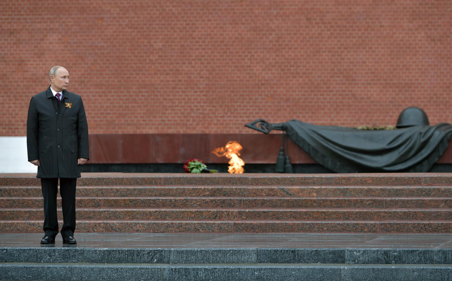 Russlands Präsident Wladimir Putin steht am Ewigen Feuer vor dem Grab des unbekannten Soldaten in Moskau.