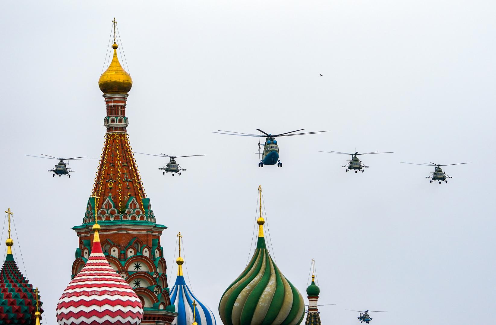 Ein Mi-26-Hubschrauber und mehrere Mi-8-Hubschrauber bei der Flugschau in Moskau
